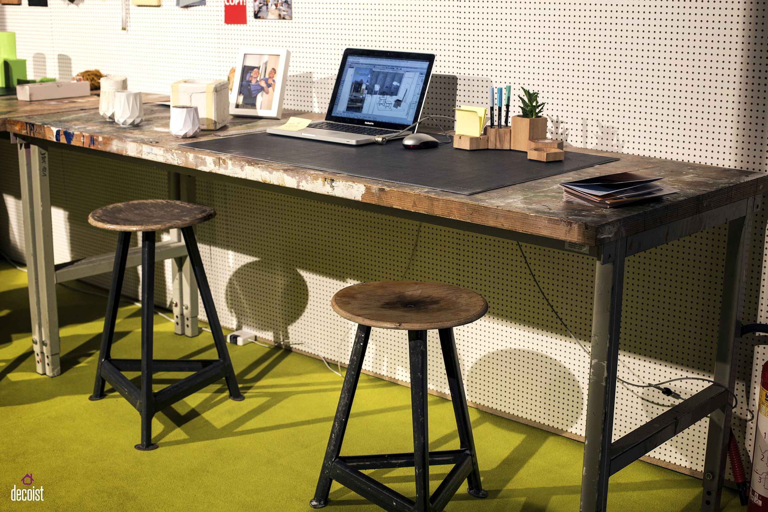 Industrial-home-office-desk-in-wood-and-metal