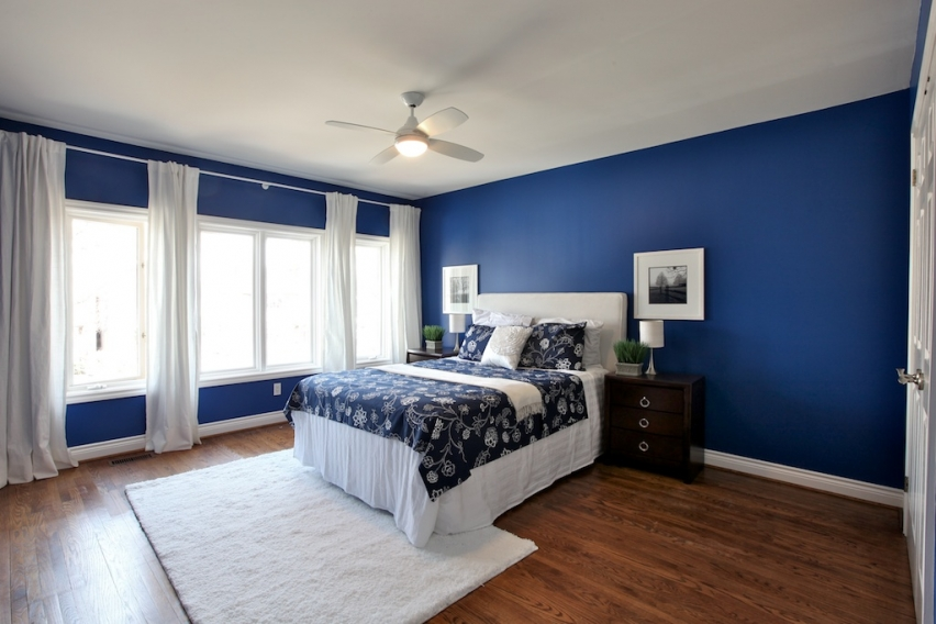 Blue-bedroom-with-a-moody-atmosphere-that-balances-out-the-brightness