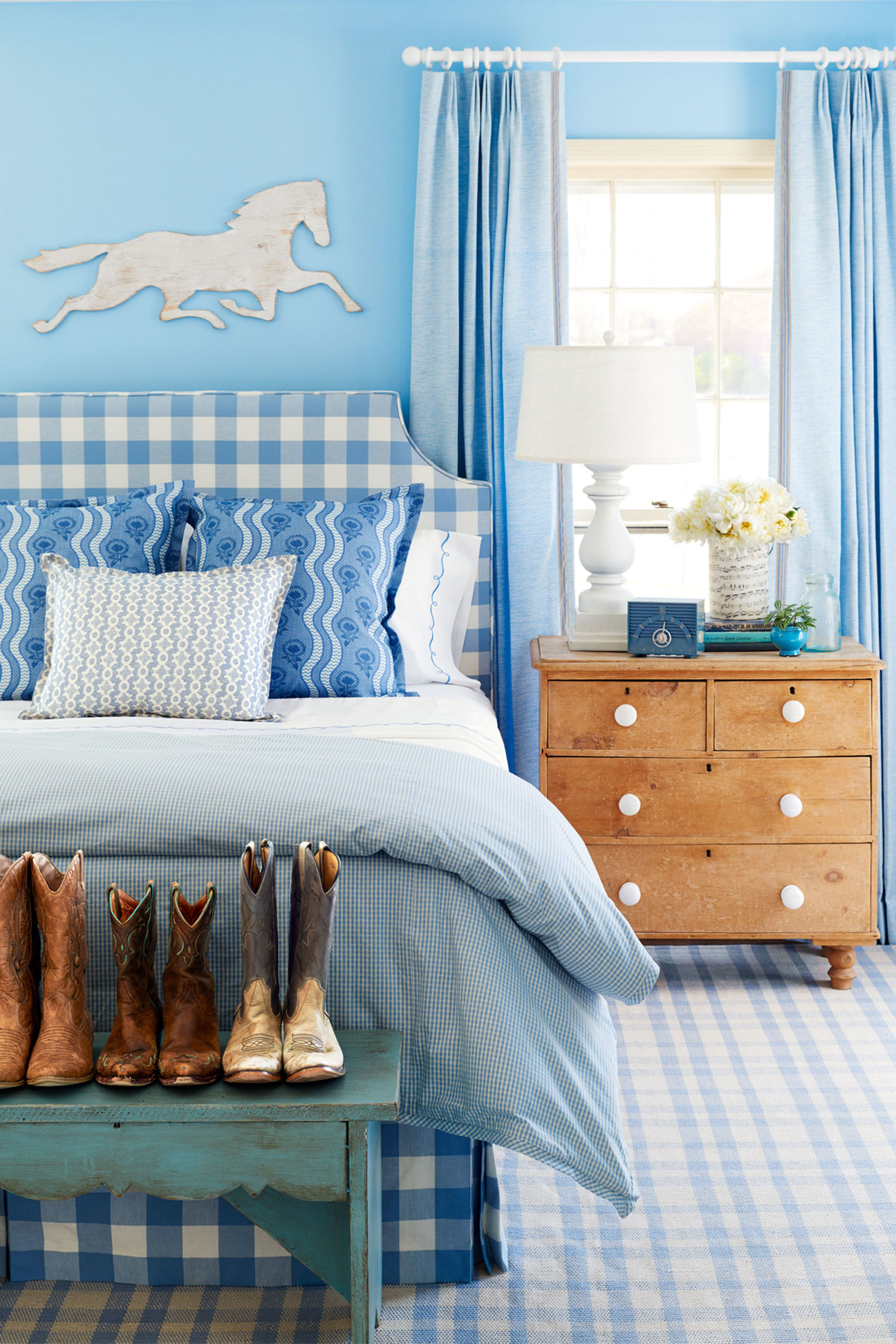 Fresh-and-youthful-blue-bedroom-with-shabby-chic-elements