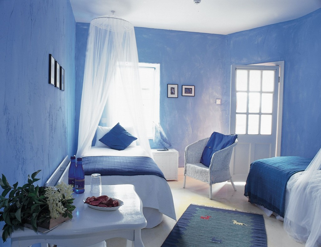 Greece-inspired-white-and-blue-bedroom-
